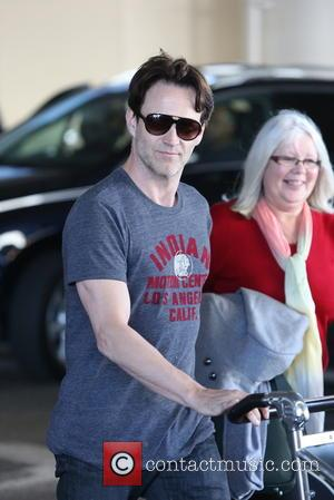 Stephen Moyer - Stephen Moyer, pushing his own luggage, arrives with his parents at LAX airport - Los Angeles, England,...