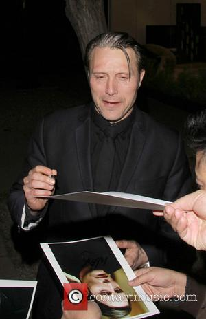 Mads Mikkelsen - Mads Mikkelsen signs autographs for waiting fans as leaves Madeo Restaurant - Los Angeles, California, United States...