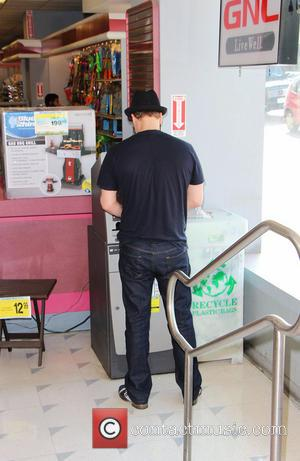 Gavin DeGraw - Big hearted Gavin DeGraw makes a withdrawal at an ATM Machine in Beverly Hills to give money...