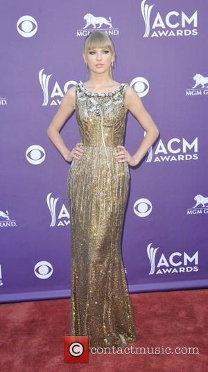 Taylor Swift Shines In Golden Dress At Acm Awards, But Fails To Land Trophies