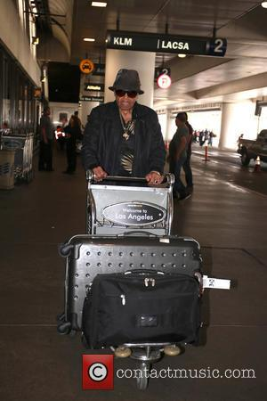 Joe Jackson - Jackson family patriarch Joe Jackson spotted pushing his own luggage in a trolley at LAX - Los...