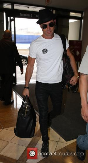 Justin Theroux - Justin Theroux  arrives at LAX airport wearing a black hat - Los Angeles, CA, United States...