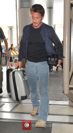 Sean Penn - Sean Penn arrives at LAX airport carrying his luggage - Los Angeles, California, United States - Saturday...