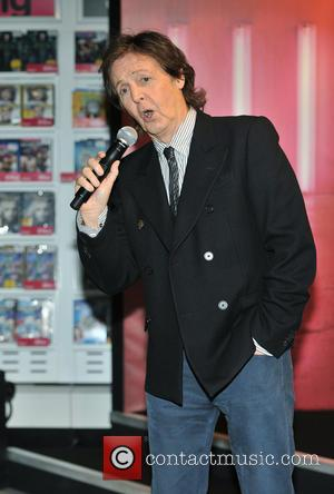 Paul McCartney Appears In Covent Garden Impromptu Gig [Pictures]