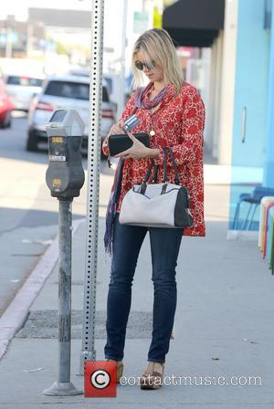 Amy Smart - Amy Smart carrying a Coach handbag as she runs errands in West Hollywood - Los Angeles, California,...