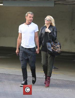 Gwen Stefani and Gavin Rossdale - Gwen Stefani wearing co-ordinating camouflage sunglasses with oversized handbag and walking in high heeled...