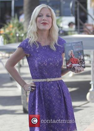Tori Spelling - Tori Spelling films an episode on entertainment news show 'Extra' at Universal Studios - Los Angeles, California,...