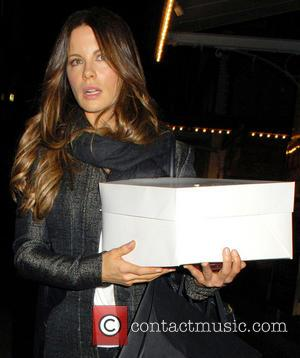 Kate Beckinsale Suffers Wardrobe Mishap On The Way To The Golden Globes