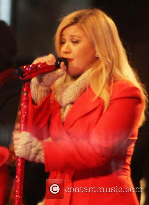 Kelly Clarkson Reveals Newly Born Baby Girl To The World With Adorable Photo