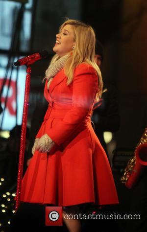 Kelly Clarkson - Kelly Clarkson perform at 2013 Rockefeller Center Christmas Tree Lighting  tapping at  Rockefeller Center Plaza...