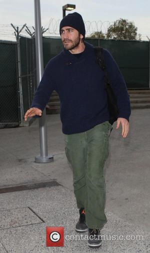 Jake Gyllenhaal - An unshaven Jake Gyllenhaal dressed in green combat cargo trousers and woolly hat, leaves Los Angeles International...