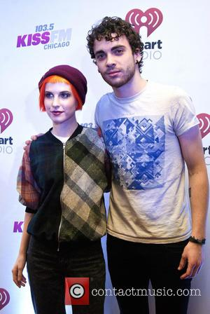 Paramore Guitarist Injures Ankle On Stage