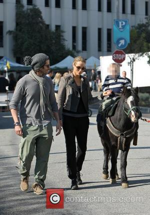 Elizabeth Berkley, Greg Lauren and Sky Lauren - Elizabeth Berkley and husband take their son to the Farmer's Market in...