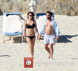 Johnny Galecki and girlfriend Kelli Garner having a romantic time on vacation at the beach in Los Cabos - Los...
