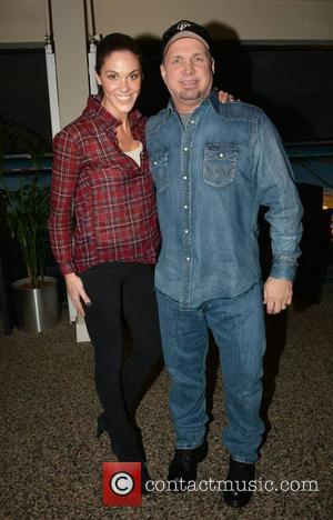 Garth Brooks and Glenda Gilson - Garth Brooks poses with Xpose presenter Glenda Gilson as she shows off her engagement...