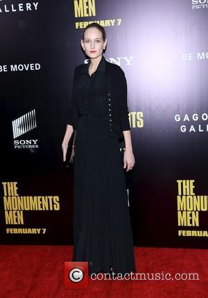 Leelee Sobieski Gives Pregnancy Hint At Fashion Bash