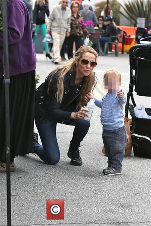 Elizabeth Berkley and Sky Cole lauren - Elizabeth Berkley bottle feeds milk to her son Sky at Farmers Market in...