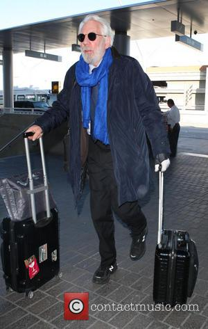 Donald Sutherland - Donald Sutherland pulls his own luggage as he arrives at Los Angeles International Airport - Los Angeles,...