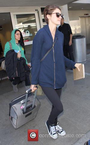 Shailene Woodley - Shailene Woodley arrives at Los Angeles International (LAX) airport - Los Angeles, California, United States - Friday...