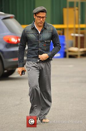 Jeremy Piven - Jeremy Piven shopping at Whole Foods wearing a tight denim jacket and sandals - Los Angeles, California,...