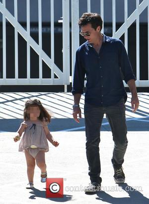 Jason Bateman and Maple Bateman - Jason Bateman shopping at the Farmers Market with his daughters, Francesca and Maple, in...