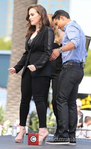 Kat Dennings and Mario Lopez - Kat Dennings and Beth Behrs from Two Broke Girls appear on Extra. - Los...