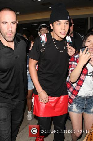 Austin Mahone - Pop singer-songwriter Austin Mahone mobbed by fans at Los Angeles International Airport (LAX) - Los Angeles, California,...