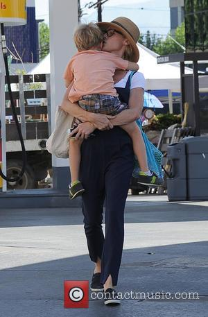 Julie Bowen and John Phillips - Julie Bowen and her three sons spotted eating pizza for lunch at a farmers'...