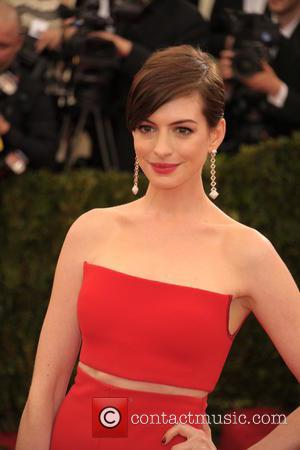 Anne Hathaway Copies Emma Stone With Goodwill Stunt On Paparazzi