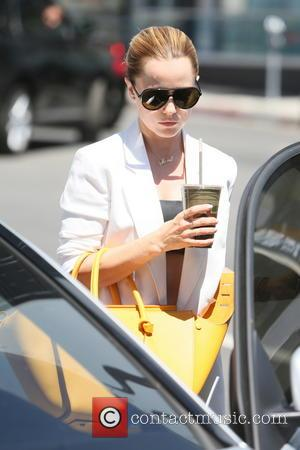 Mena Suvari - Mena Suvari seen returning to her car after picking up a green juice at Earth Bar. -...