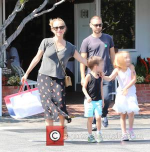 Tobey Maguire, Jennifer Mayer, Ruby Maguire and Otis Maguire - Toby Maguire has lunch with his family at Fred Segal....