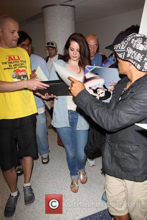 Lana Del Rey - Lana Del Rey mobbed by fans as she signs autographs when arriving at Los Angeles International...