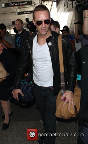 Chris Martin - Chris Martin arrives at Los Angeles International (LAX) airport - Los Angeles, California, United States - Thursday...