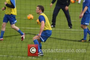 Sam Worthington - José Mourinho trains the International team with Gordon Ramsey - London, United Kingdom - Wednesday 4th June...