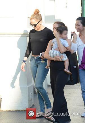 Jennifer Lopez Injures Knee Onstage