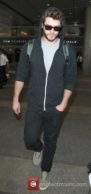 Liam Hemsworth - Liam Hemsworth arrives at Los Angeles International Airport (LAX) - Los Angeles, California, United States - Friday...