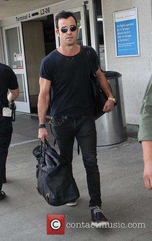 Justin Theroux - Justin Theroux arrives at Los Angeles International (LAX) airport - Los Angeles, California, United States - Saturday...