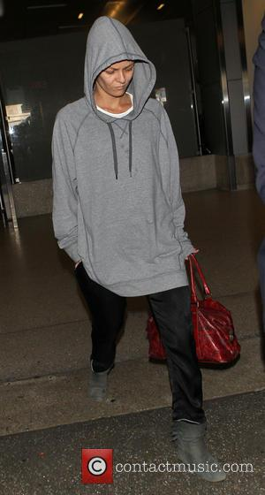 paradis - A make-up free Vanessa Paradis looks tired as she arrives at Los Angeles International (LAX) airport - Los...