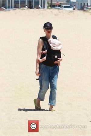 Gwen Stefani and Apollo Bowie Flynn Rossdale - Gwen Stefani with her sons enjoy a stroll at Newport Beach -...