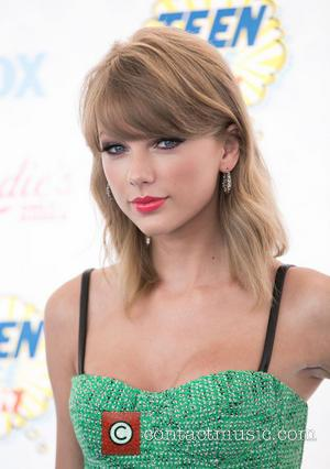 Taylor Swift Puts Awkward Award Show Dance Moves Down To Nerves