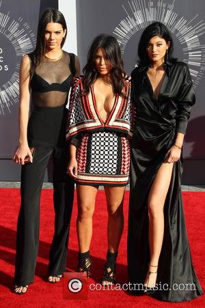Kim Kardashian, Accompanied By Kendall & Kylie Jenner, Seemingly Ignores Vma Moment Of Silence