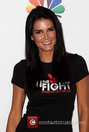 Angie Harmon - The 4th Biennial 'Stand Up To Cancer' telethon - Arrivals - Los Angeles, California, United States -...