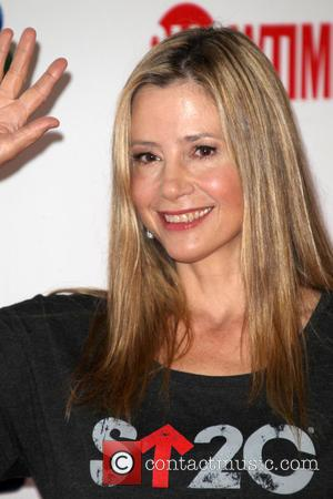 Mira Sorvino - The 4th Biennial 'Stand Up To Cancer' telethon - Arrivals - Los Angeles, California, United States -...