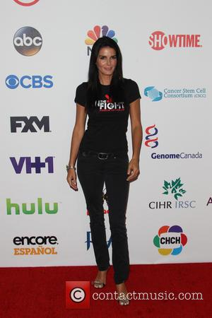 Angie Harmon - The Fourth Biennial 'Stand Up To Cancer' telethon at Dolby Theatre - Arrivals - Hollywood, California, United...
