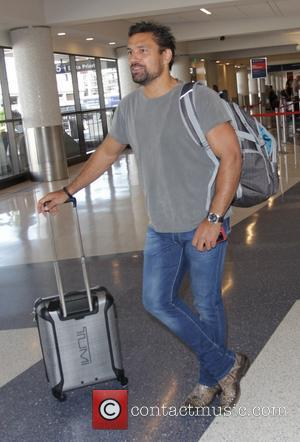 Manu Bennett - Manu Bennett at Los Angeles International Airport (LAX) - Los Angeles, California, United States - Friday 12th...