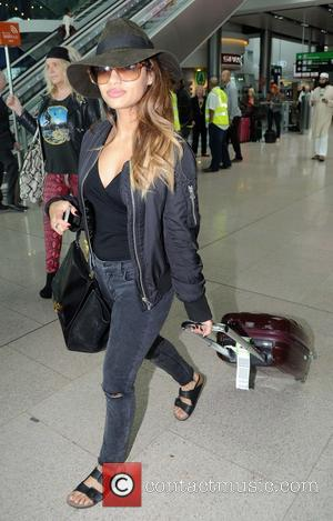 Venessa White - Pregnant Una Healy Foden of The Saturdays arriving at Dublin Airport this afternoon with her other band...