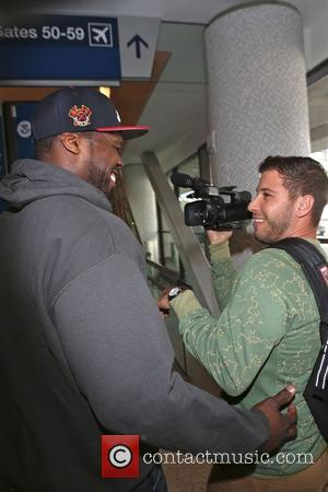 50 Cent - 50 Cent takes a fighting stance as he departs from Los Angeles International Airport (LAX) - Los...