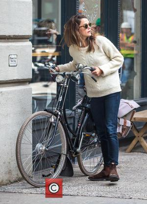 Keri Russell - Keri Russell listen to music while riding her bike in Brooklyn at Brooklyn - Brooklyn, New York,...