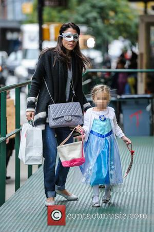 Bethenny Frankel and Bryn Hoppy - Bethenny Frankel takes her daughter Bryn trick or treating on Friday afternoon in New...