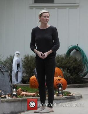 Kirsten Dunst - Actress Kirsten Dunst making last minute adjustments on her halloween decorations at her house in Los Angeles...